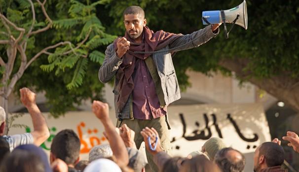 Ihab Rashid (Alexander Karim) faz uso do ódio da população para fomentar sua luta pela liberdade (Foto: Divulgação/Reprodução)