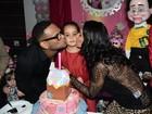 Scheila Carvalho  chega de limusine para comemorar aniversário da filha