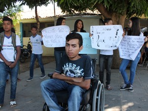 Amigo de Alisson acompanhou  a mobilização (Foto: Amanda Franco/ G1)