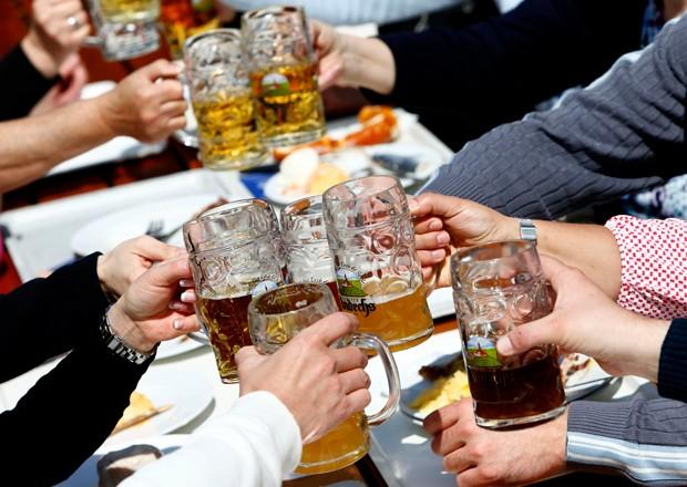 Alemães tomam cerveja em bar de cervejaria em Andechs, perto de Munique, na Alemanha (Foto: Michaela Rehle/Reutes)