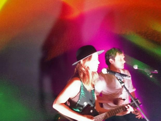 Os intérpretes de Laura e Caíque mostram que têm talento para a música (Foto: Hugo Bonemer)
