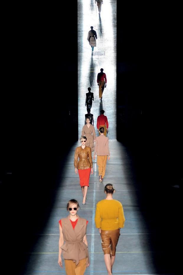 Em Dries Van Noten 1-100, lindas imagens contam os 30 anos de carreira do estilista belga. Acima, a fila final do desfile do inverno 2009/10 de sua marca (Foto:  Archives Pierre Cardin, The Guy Bourdin Estate, 2017, Mathieu Ridelle e Divulgação)