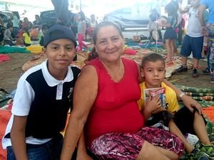 Ruth Cordeiro levou filho Lucas Gabriel (à esq.) e o neto Breno para a praça (Foto: Fabiana Figueiredo/G1)
