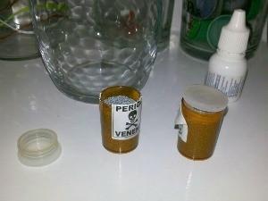 Polícia encontrou veneno ao lado dos dois (Foto: PM/Divulgação)