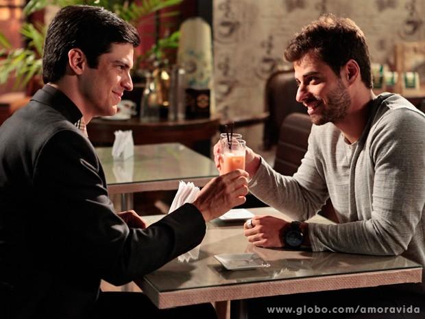 Félix e Anjinho fazem as pazes... (Foto: Jacson Vogel / TV Globo)
