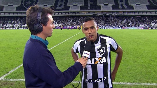 """Pode isso, Arnaldo? Lateral do Bota aprova brincadeira e dá nota em estreia: """"6,5 ou 7"""""""