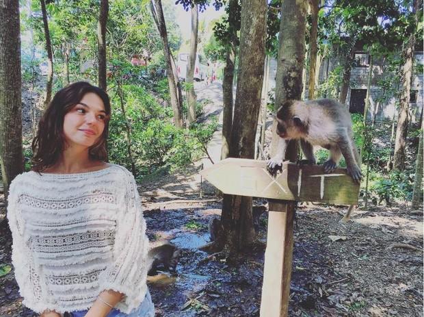 Isis Valverde posa com macaco na Indonésia (Foto: Reprodução/Instagram)