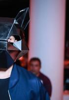 Junior Lima usa máscara bizarra em desfile do SPFW