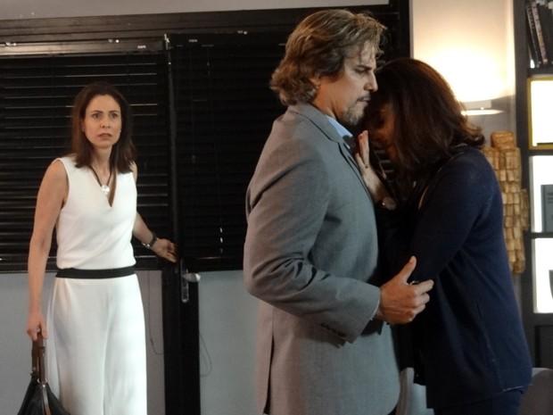 Úrsula flagra marido em momento íntimo com ex (Foto: Paula Paiva/Gshow)