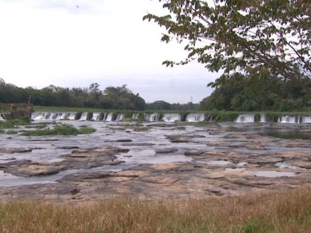 Seca Rio Mogi em Pirassununga (Foto: Rodrigo Sargaço/EPTV)
