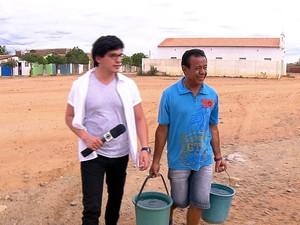 PREP_ O repórter Estevan Muniz com o sanfoneiro Nô da Lagoa (Foto: TV Globo)