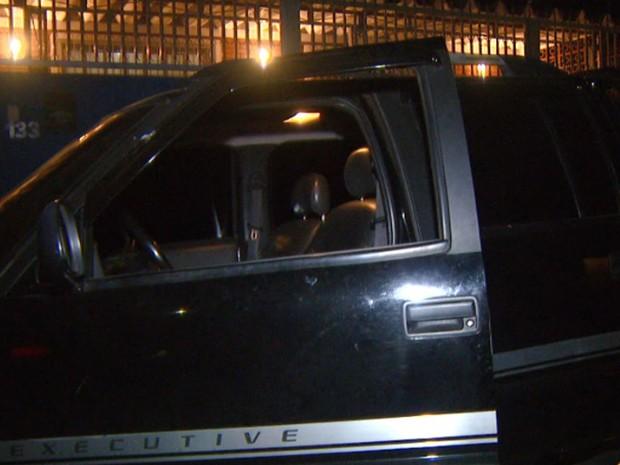 Carro de Guarda Municipal de Sumaré ficou com marcas de tiros (Foto: Reprodução/EPTV)