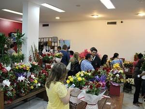 Em floricultura, movimento foi grande desde o início da semana, diz vendedora (Foto: Indiara Bessa/G1 AM)