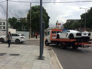 Carros de empresário sendo transferidos para Justiça Federal (Foto: Henrique Coelho/G1)