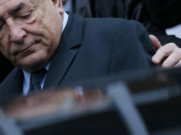 O ex-chefe do FMI Dominique Strauss-Kahn deixa um hotel a caminho da corte onde é julgado em Lille, na França. Ele e outras 13 pessoas estão sendo julgadas por crimes sexuais, inclusive a contratação de prostitutas (Foto: Gonzalo Fuentes/Reuters)