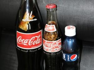 Objeto foi encontrado em garrafa de 290 ml de Coca-Cola (ao centro). Esse já é o terceiro caso registrado pelo MPE. (Foto: Divulgação/ MP)