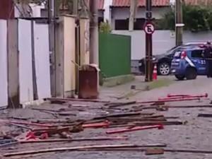 Rua lateral ficou repleta de escombros caídos da construção (Foto: Reprodução/RBS TV)