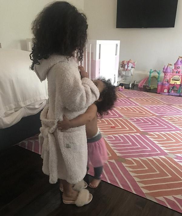 A filha de Rob Kardashian abraçando a primogênita de Kim Kardashian e Kanye West (Foto: Twitter)