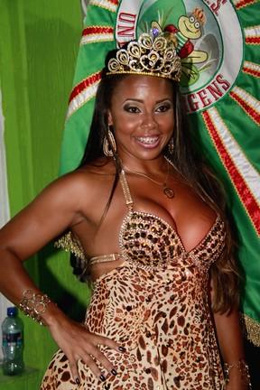 Aninha Absurda é coroada como rainha de bateria (Foto: Isac Luz/EGO)