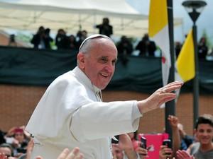 O Papa Francisco acena para fiéis neste domingo (26) em Prima Porta, subúrbio de Roma (Foto: Tiziana Fabi/AFP)