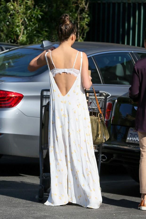 Chrissy Teigen faz compras em Los Angeles, nos Estados Unidos (Foto: AKM-GSI/ Agência)