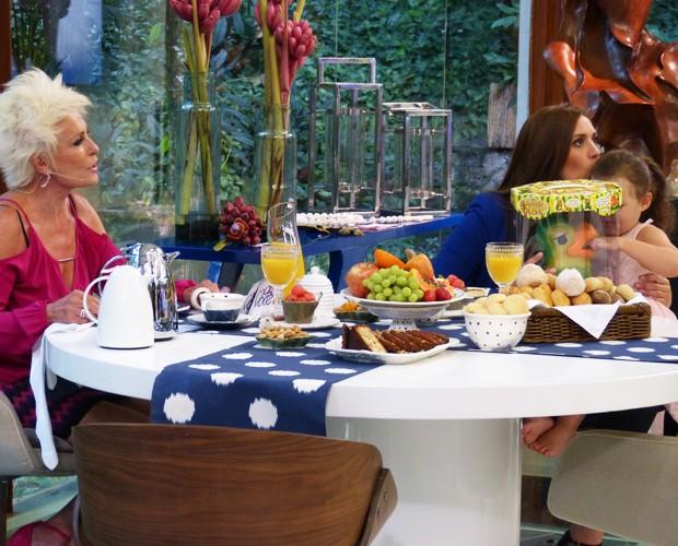 Ana Maria e Tamires no café da manhã (Foto: Priscilla Massena / Gshow)