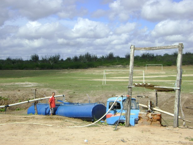 Cerca de 12 carros-pipa retiram água diariamente de poço artesiano em Olivedos (Foto: Taiguara Rangel/G1)