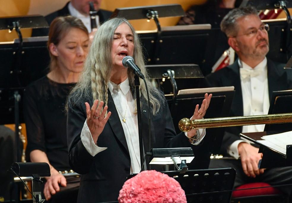 Cantora Patti Smith canta a música