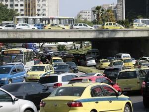 Trânsito lento na Avenida Presidente Castelo Branco (Radial Oeste), no Rio de Janeiro, na manhã desta quinta-feira  (Foto: Glaucon Fernandes/ Estadão Conteúdo)