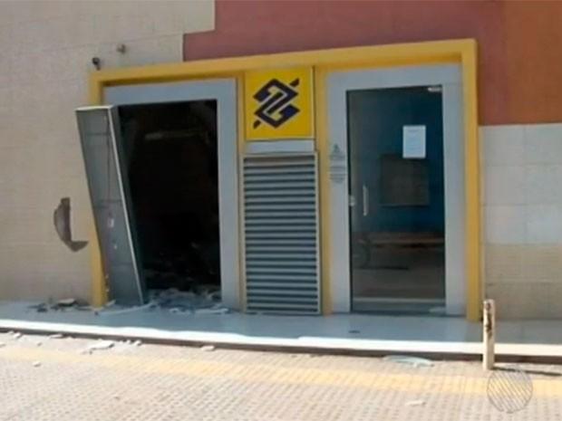 O terminal bancário do Banco do Brasil ficava na área externa de um shopping center, no centro da cidade.   (Foto: Imagens/TV Bahia)