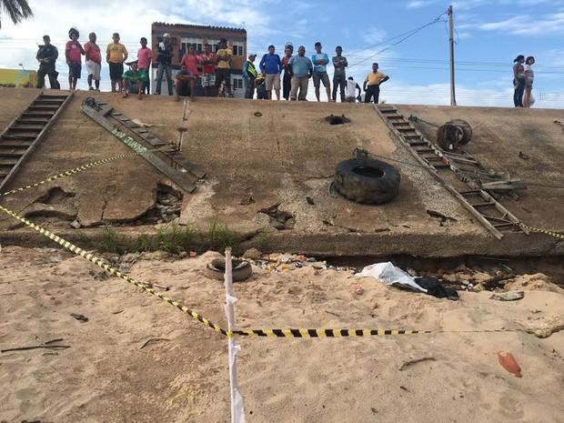 Corpo é encontrado próximo ao porto da praça Tiradentes (Foto: Reginaldo Balieiro/ Tv Tapajós)