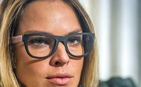 Todo mundo quer! Letícia Birkheuer comemora sucesso dos óculos da Érika