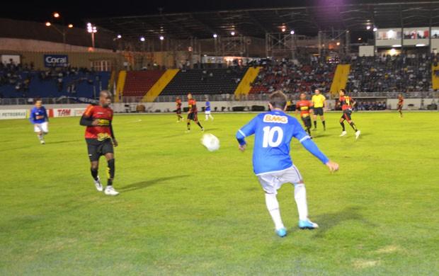 Montillo em ação pelo Cruzeiro contra o Sport em Varginha. (Foto: Lucas Soares / G1)