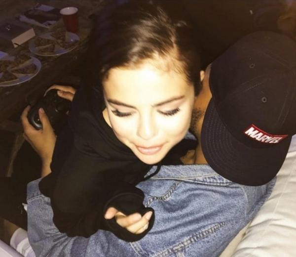 A cantora Selena Gomez nos braços de The Weeknd enquanto ele joga videogame (Foto: Instagram)