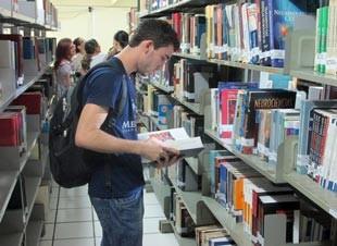 Vencedor de Soletrando 2011 estuda Medicina e utiliza o dinheiro que ganhou no concurso para se manter emTeresina (Foto: André Santos/TV Clube)