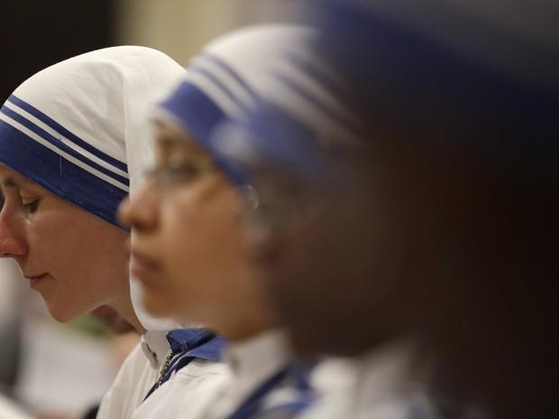 Freiras da ordem de Madre Teresa fazem vigília nesta sexta feira à espera da canonização no Vaticano (Foto: Gregorio Borgia/AP)