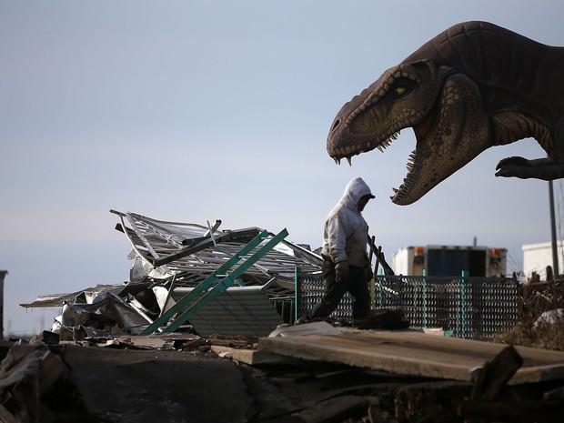 Um trabalhador limpa destroços do Pier que foi danificado pela tempestade Sandy, em Seaside Heights, Nova Jersey.  (Foto: Mark Wilson/Getty Images/AFP)
