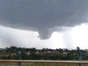 Nuvem se dissipou com a chegada da chuva (Foto: Vanin Aparecido/ Arquivo Pessoal)