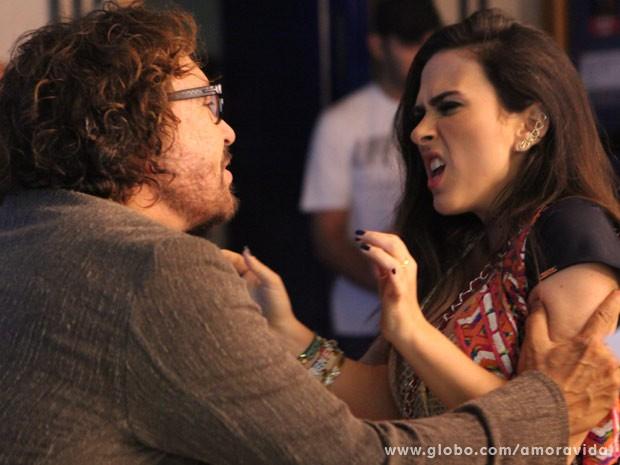 Valdirene ataca Wolf Maia achando que é o Boninho (Foto: Carol Caminha/TV Globo)