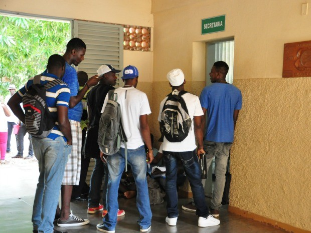 Imigrantes haitianos fazem fila para serem atendidos na Pastoral do Migrante, em Cuiabá. Local serve de apoio para os estrangeiros em suas primeiras necessidades ao chegar à capital. (Foto: André Souza/G1)