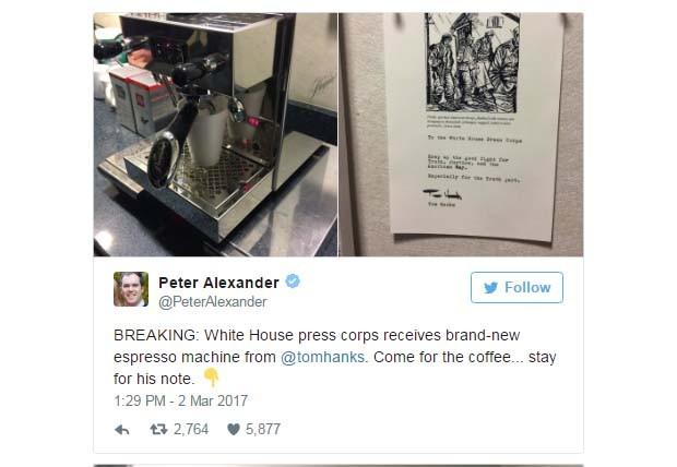 Jornalista Peter Alexander agradece a presente enviado por Tom Hanks (Foto: Reprodução Twitter)