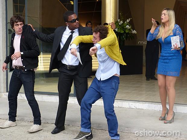 Will Smith consegue separar os brigões e coloca Ernesto para fora (Foto: Geração Brasil / TV Globo)