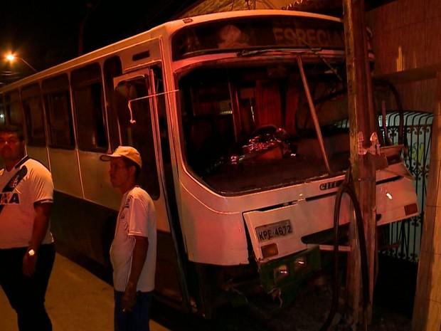 Durante o mal estar do motorista o ônibus ficou desgovernado e acabou atingindo uma casa, três veículos e mais um poste onde parou (Foto: Reprodução/TV Mirante)