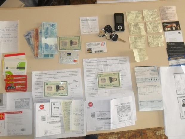 Documentos falsos foram encontrados na bolsa e no carro da suspeita em Guaratinguetá (Foto: Divulgação/ DIG Cruzeiro)