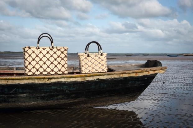 Bolsas. Produzidas com linho de buriti, nos tamanhos 46 x 32 x 14 cm, R$ 535, e 30 x 22 x 8 cm, R$ 345. As peças estão em barco na maré baixa do litoral de Tutoia, no Maranhão (Foto: Kenji Nakamura / Divulgação)
