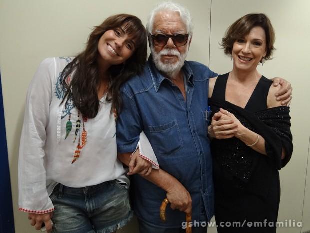 O autor Manoel Carlos rodeado por Giovanna Antonelli e Natália do Valle (Foto: Em Família/TV Globo)
