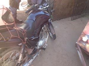 Veículo usado por motoqueiro estava com IPVA 2013 atrasado (Foto: Cassio Albuquerque/G1)
