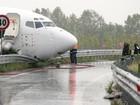 Avião sai da pista e atinge estrada na Itália
