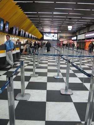 Filas já haviam diminuído no check-in do Aeroporto de Congonhas, às 20h30 desta segunda (Foto: Rafael Sampaio/G1)