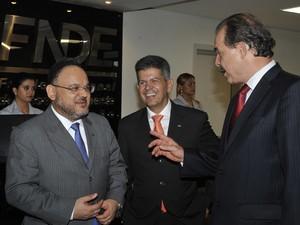 O novo ministro da Educação, José Henrique Paim (esq.), durante conversa com Aloizio Mercadante (Foto: Valter Campanato / Agência Brasil)